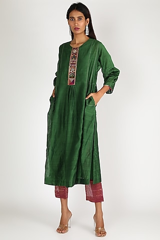 Emerald Green Embroidered Kurta Set by Shivani Bhargava