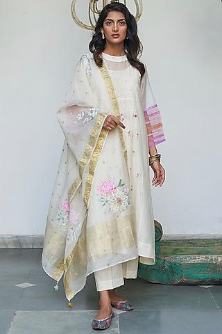 Pearlish Ivory Embroidered Kurta Set by Begum Pret