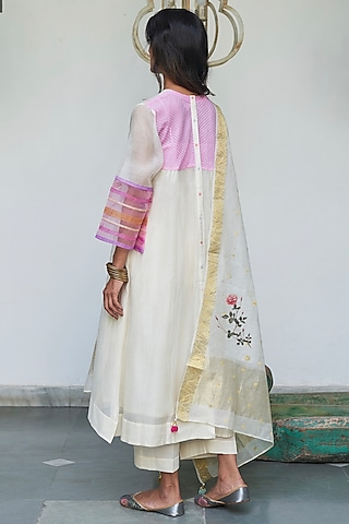 Pearlish Ivory Kurta Set With Embroidery by Begum Pret