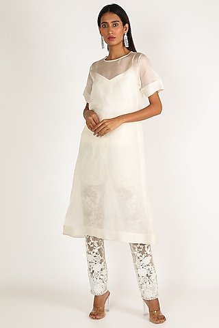 White Embroidered Kurta Set by Bhairavi Jaikishan
