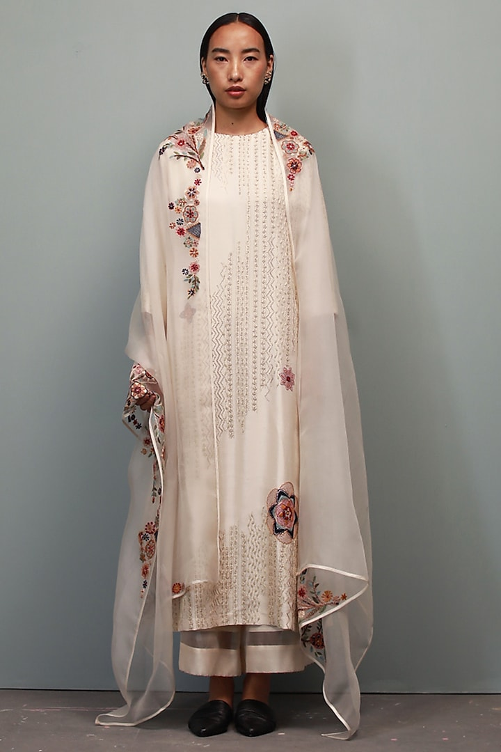 Champa Kurta Set With Hand Embroidery by Divyam Mehta