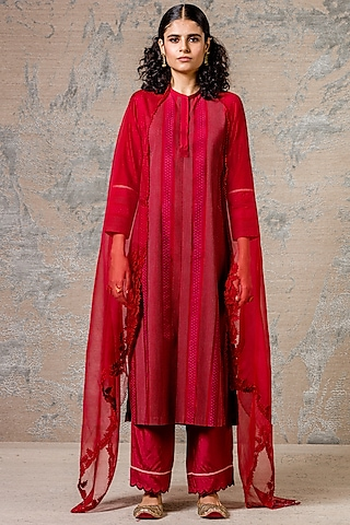 Maroon Kurta Set With Lace Detailing by Devnaagri