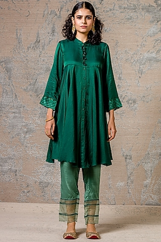 Emerald Green Embroidered Kurta Set by Devnaagri