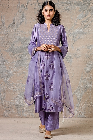 Lilac Kurta Set With Lace Detailing by Devnaagri