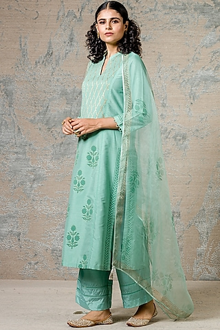 Green Kurta Set With Lace Detailing by Devnaagri