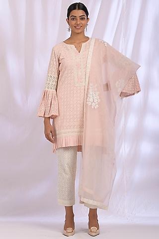 Powder Pink Kurta Set With Lace Detailing by Enaarah