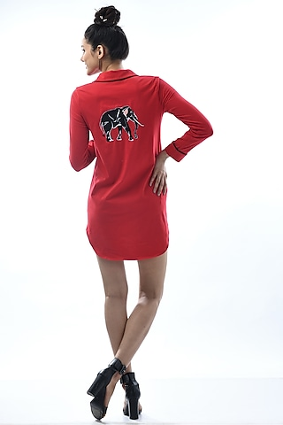 Red Embroidered Night Shirt With Notch Collar by Nochee Vida