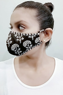 Black & White 3 Ply Mask With Pouch by Nikita Mhaisalkar