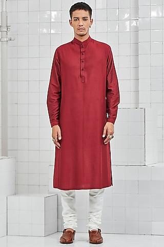 Maroon Kurta Set With Thread Detailing by Rajesh Pratap Singh Men
