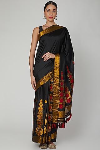 Black Saree Set With Golden Thread Detailing by Sanjukta Dutta