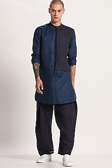 Navy Blue Paneled Kurta by Son Of A Noble SNOB