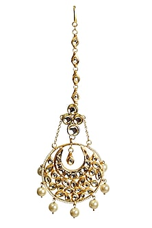 Gold plated cresent shaped maang tika with faux pearl drops by Soranam