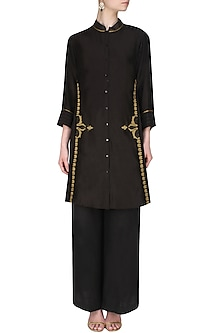 Black handcut motif back winged tall shirt by SWGT By Shweta Gupta