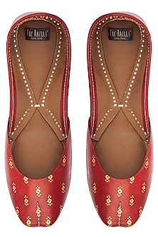 Red hand painted juttis by THE HAELLI