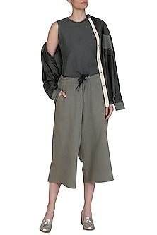 Grey Culotte Pants With Drawstring by Kapda By Urvashi Kaur
