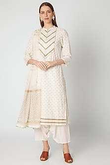 Off White & Gold Kurta Set by VASTRAA