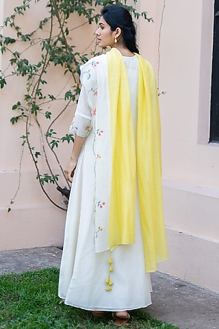 Off White Embroidered Kurta With Dupatta by Vaayu