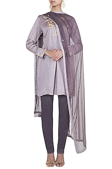 Light mauve embroidered short kurta set by VASTRAA