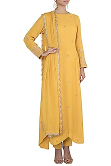 Yellow embroidered kurta set by VASTRAA
