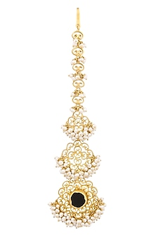 Gold plated black onyx ruff filigree maang tikka by Zariin